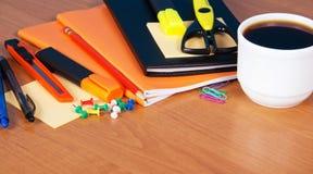 Insieme degli accessori, delle forbici e del caffè dell'ufficio Fotografia Stock Libera da Diritti