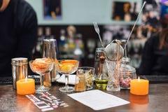 Insieme degli accessori e degli ingredienti della barra per la fabbricazione dei cocktail sul contatore Immagine Stock Libera da Diritti