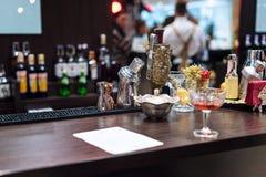 Insieme degli accessori e degli ingredienti della barra per la fabbricazione dei cocktail sul contatore Fotografia Stock