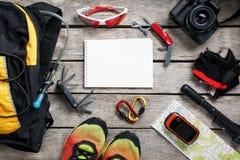 Insieme degli accessori per il riciclaggio sul fondo di legno immagini stock libere da diritti