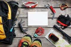 Insieme degli accessori per il riciclaggio sul fondo di legno immagini stock