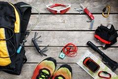 Insieme degli accessori per il riciclaggio sul fondo di legno fotografie stock