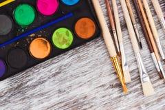 Insieme degli acquerelli e dei pennelli differenti Fotografie Stock Libere da Diritti