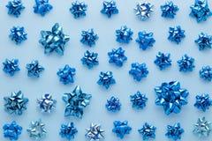 Insieme degli archi del regalo sul blu Immagine Stock