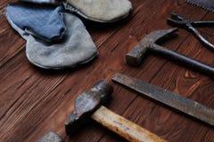 Insieme degli attrezzi per bricolage differenti sopra fondo di legno Immagine Stock