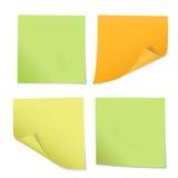 Insieme degli autoadesivi colorati sulle note dei tre colori differenti, isolante Fotografie Stock