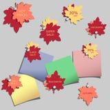 Insieme degli autoadesivi di pubblicità con le foglie di autunno Fotografie Stock