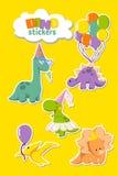 Insieme degli autoadesivi divertenti per la carta dell'invito del partito, progettazione dei dinosauri della cartolina d'auguri S royalty illustrazione gratis