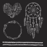Insieme degli elementi di boho Vector l'illustrazione con Dreamcatcher, le piume, la freccia, il heatr ed il nastro Piume di ucce royalty illustrazione gratis