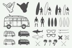 Insieme degli elementi praticanti il surfing di progettazione di estate d'annata nel retro stile illustrazione vettoriale