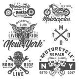 Insieme degli emblemi d'annata, del logo, del tatuaggio e delle stampe di stile del motociclo illustrazione di stock