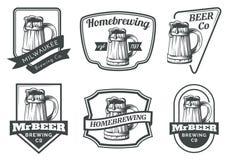 Insieme degli emblemi, dei distintivi e del logo della tazza di birra Immagini Stock