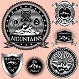 Insieme degli emblemi di vettore con le montagne Immagini Stock Libere da Diritti