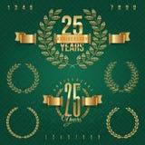 Insieme degli emblemi dorati di anniversario Immagini Stock