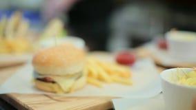Insieme degli hamburger e delle fritture stock footage