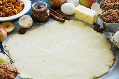 Insieme degli ingredienti per cuocere, pasta cruda per la torta, spezie, mela Fotografia Stock Libera da Diritti