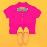 Insieme degli occhiali da sole camicia e scarpe Fotografia Stock