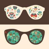 Insieme degli occhiali da sole dei pantaloni a vita bassa con i fiori variopinti ed il fogliame Immagine Stock Libera da Diritti
