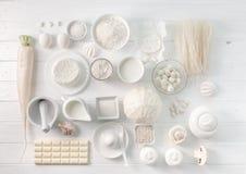 Insieme degli oggetti bianchi sulla tavola bianca, topview Fotografia Stock Libera da Diritti