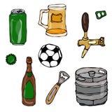 Insieme degli oggetti della birra: Può e la chiave, la tazza, il rubinetto, la bottiglia, la palla di calcio, l'apri, barile Isol Fotografia Stock