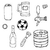 Insieme degli oggetti della birra: Può e la chiave, la tazza, il rubinetto, la bottiglia, la palla di calcio, l'apri, barile Isol Fotografia Stock Libera da Diritti