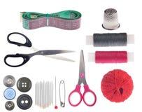 Insieme degli oggetti di cucito isolati su bianco Fotografia Stock