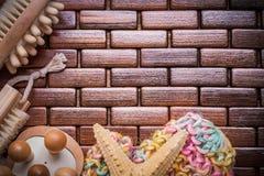 Insieme degli oggetti di sauna sul ima di legno strutturato di vista superiore della stuoia del posto Fotografie Stock