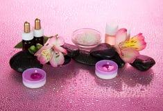 Insieme degli oli fragranti, sale, candele, pietre Fotografia Stock