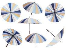 Insieme degli ombrelli multicolori a strisce aperti Immagine Stock