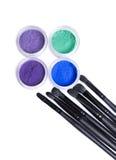 Insieme degli ombretti e delle spazzole minerali luminosi di trucco Fotografia Stock Libera da Diritti