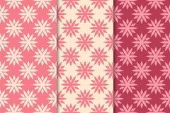Insieme degli ornamenti floreali rossi Modelli senza cuciture verticali rosa della ciliegia royalty illustrazione gratis