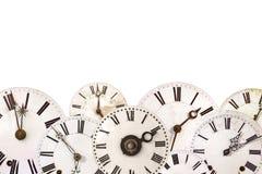 Insieme degli orologi d'annata differenti isolati su bianco Immagini Stock