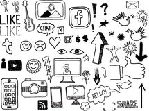 Insieme degli scarabocchi in relazione con media sociali disegnati a mano Immagini Stock