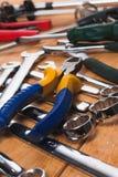 Insieme degli strumenti che si trovano sul legno Fotografia Stock Libera da Diritti
