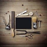 Insieme degli strumenti d'annata del negozio di barbiere con il manifesto nero Fotografia Stock