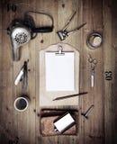 Insieme degli strumenti d'annata del negozio di barbiere e della carta in bianco Fotografia Stock