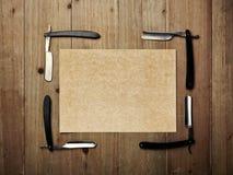 Insieme degli strumenti d'annata del negozio di barbiere e della carta kraft Fotografie Stock