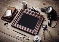 Insieme degli strumenti d'annata del negozio di barbiere e di vecchia cornice Fotografia Stock