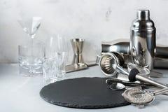 Insieme degli strumenti della barra per i cocktail e per la bevanda dell'alcool Fotografia Stock
