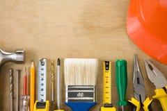 Insieme degli strumenti della costruzione su priorità bassa di legno Fotografia Stock