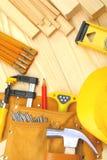 Insieme degli strumenti della costruzione sulle schede di legno Immagine Stock Libera da Diritti