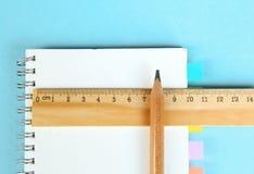 Insieme degli strumenti di legno di scrittura, matita, penna, righello, gomma, affilatrice Immagine Stock