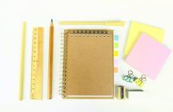 Insieme degli strumenti di legno di scrittura, matita, penna, righello, gomma, affilatrice Fotografie Stock