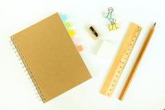 Insieme degli strumenti di legno di scrittura, matita, penna, righello, gomma, affilatrice Immagini Stock Libere da Diritti