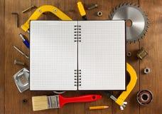 Insieme degli strumenti e degli strumenti su legno Immagini Stock Libere da Diritti