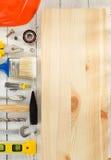 Insieme degli strumenti e degli strumenti su legno Immagine Stock