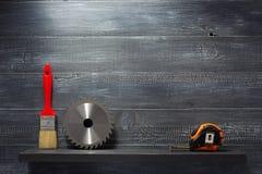Insieme degli strumenti e degli strumenti sullo scaffale Immagine Stock