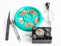 Insieme degli strumenti e dei pezzi di ricambio per la riparazione dell'orologio Fotografia Stock Libera da Diritti