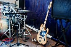 Insieme degli strumenti musicali Basso elettrico e tamburi Immagine Stock