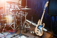 Insieme degli strumenti musicali Basso elettrico e tamburi Fotografia Stock